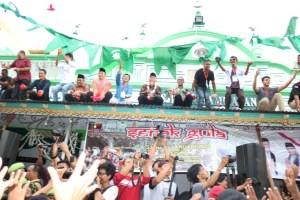 "Mahyeldi Hadiri Tradisi Serak Gula, Ribuan Orang Menyemut di ""Little India"" Kota Padang"