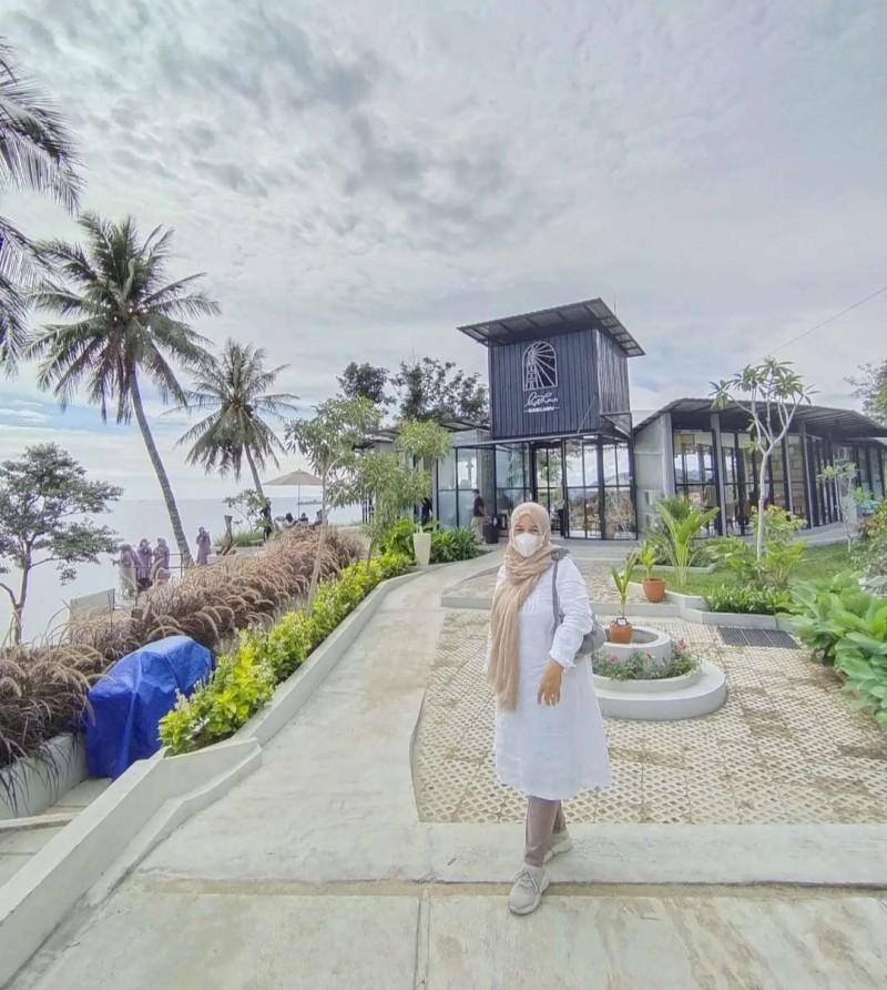 Tiga  Tempat Wisata yang Lagi Booming di Kota Padang,   yaitu :   1. Restoran Lighthouse Padang