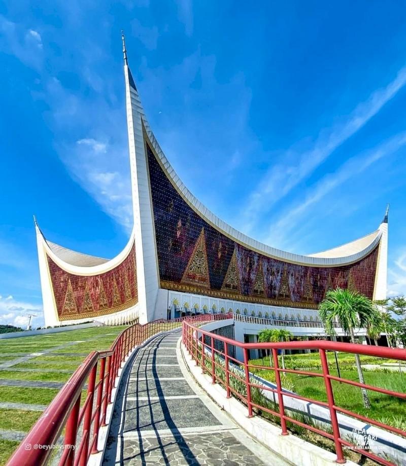 Wisata Religi ke  Padang jangan lupa kunjungi Masjid Raya Sumatera Barat